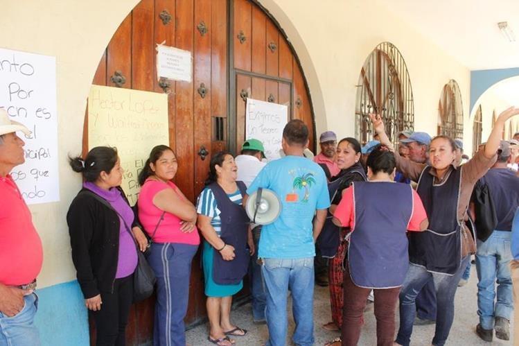 Empleados ediles se manifiestan frente a la comuna de El Tejar. (Foto Prensa Libre: Víctor Chamalé).