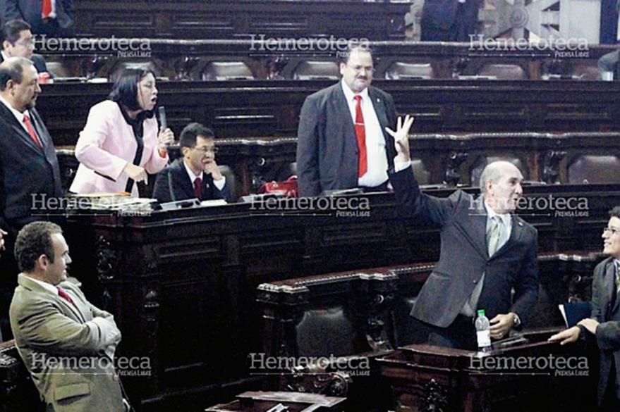 Varias veces se enfrentaron los diputados Delia Back y Mario Taracena en las sesiones del Congreso; en la foto, discuten en marzo 2013. (Foto: Hemeroteca PL)