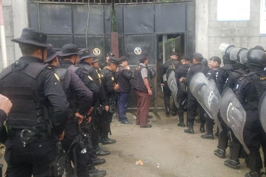 Agentes de la PNC se alistan para entrar en la cárcel de Puerto Barrios, Izabal. (Foto Prensa Libre: Dony Stewart)
