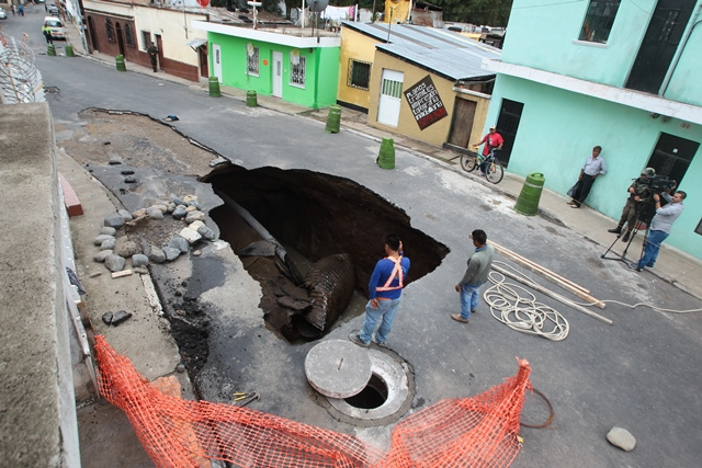 En agosto del 2017 se formó un agujero en la calle principal de la colonia Pablo Sexto, en la zona 7 de Mixco. (Foto Prensa Libre: Hemeroteca PL)