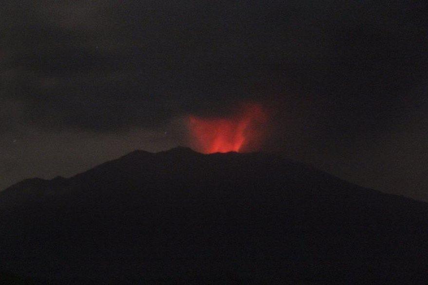El volcán del monte Raung expulsa humo y cenizas en una imagen tomada desde la localidad de Sumber Arum, en Banyuwangi, Java oriental, Indonesia. (Foto Prensa Libre: EFE).
