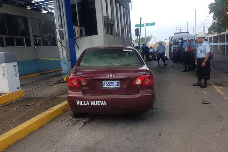 Un taxi arrolló a un grupo de trabajadores de la Empresa Portuaria Quetzal, Escuintla, y causó la muerte de dos agentes de seguridad y del conductor del vehículo. (Foto Prensa Libre: Carlos E. Paredes)