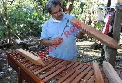 Erick Leonel Contreras Corzo muestra como hacer marimbas. (Foto Prensa Libre. Walfredo Obando)