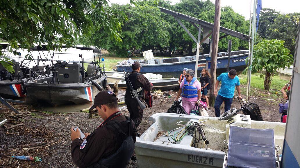 Varias personas son evacuadas en algunas zonas del Caribe Norte, provincia de Limón, Costa Rica. (Foto Prensa Libre: EFE).