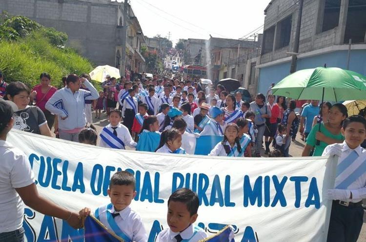 Estudiantes de establecimientos educativos y privados participan en caminatas cívicas. (Foto Prensa Libre: Óscar García)