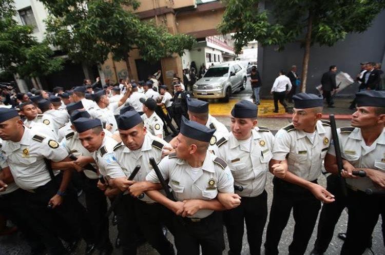 Las fuerzas de seguridad implementaron un cordón de seguridad para que los legisladores pudieran salir.