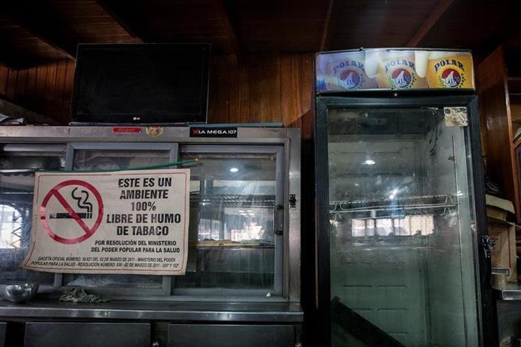 Neveras vacías dentro de una licorería ubicada en el sector Chacao, en la ciudad de Caracas. Este panorama es frecuente en las tiendas del pais. (Foto Prensa Libre: EFE).