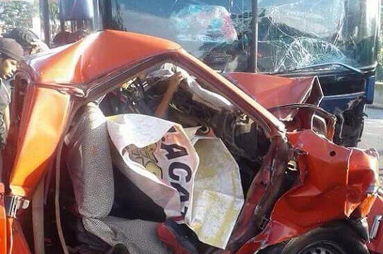 Según testigos, el conductor del picop fue el responsable del hecho por no respetar los límites de velocidad. (Foto Prensa Libre: Whitmer Barrera)