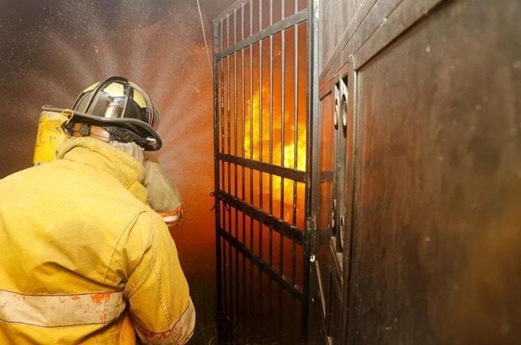 Bomberos trabajaron por dos horas para controlar las llamas. (Foto Prensa Libre: Rolando Miranda)
