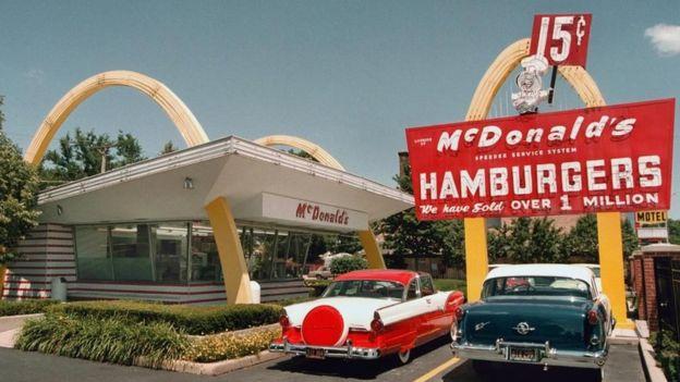 El arquitecto Stanley Clark Meston diseñó un restaurant futurista con los arcos dorados en 1953. (Foto Prensa Libre: BBC Mundo)