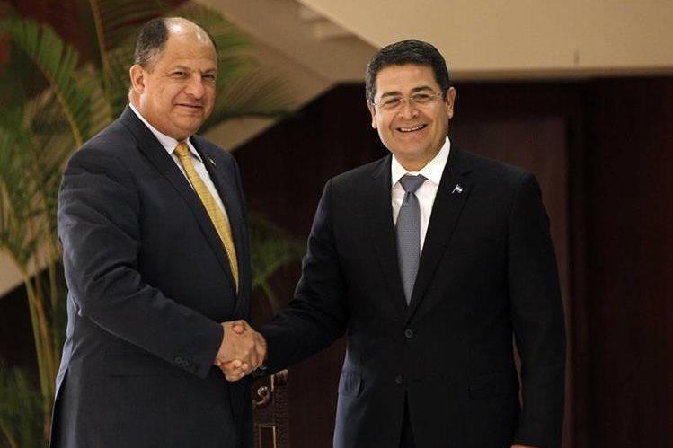 El presidente costarricense Luis Guillermo Solís (izquierda) recibe a su homólogo de Honduras Juan Orlando Hernández (derecha), en San José, Costa Rica. (Foto Prensa Libre: EFE).