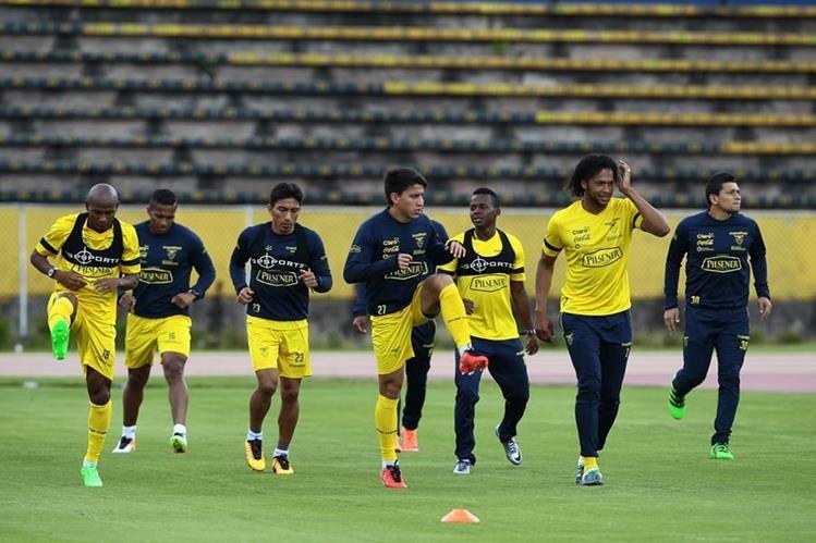 Los jugadores de la selección de fútbol de Ecuador participan en el entramiento en el estadio Atahualpa con miras a su encuentro ante Paraguay. (Foto Prensa Libre: EFE)