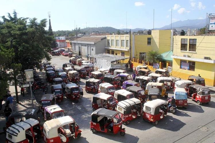 Vista de la protesta de conductores de mototaxis en Jalapa. (Foto Prensa Libre: Hugo Oliva).