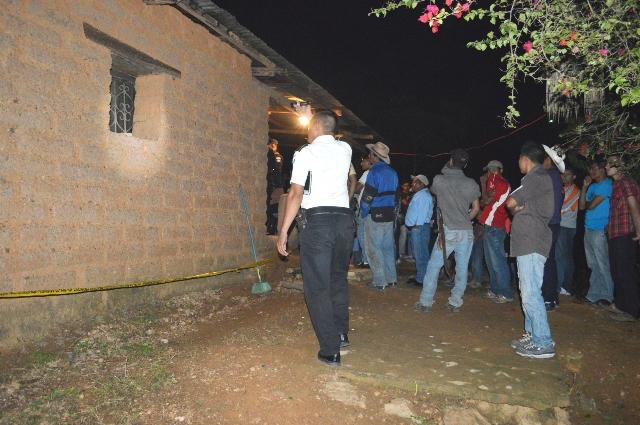 En el interior de una casa de adobe fueron hallados los cuerpos sin vida de la pareja. (Foto Prensa Libre: Héctor Contreras)