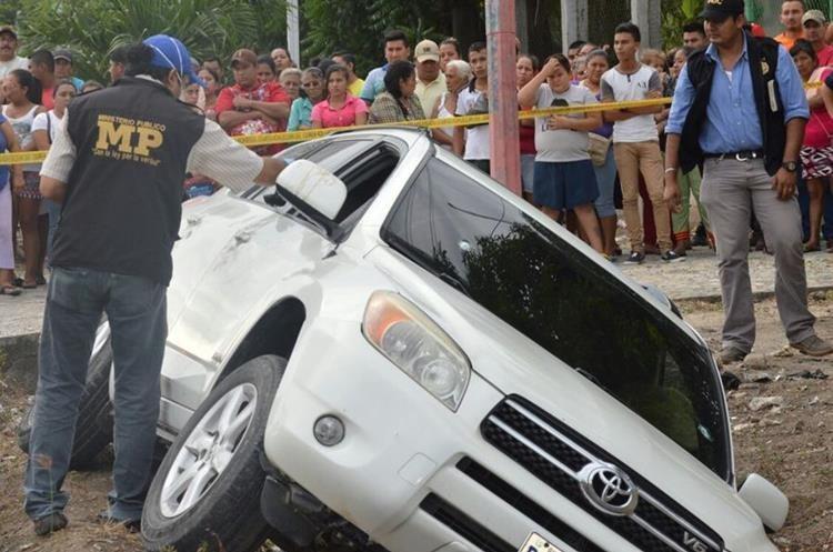 En el lugar del ataque el Ministerio Público localizó 25 casquillos de alto calibre. (Foto Prensa Libre: Mario Morales)