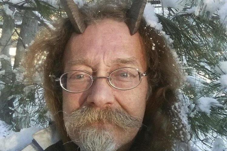 Phelan Moonsong, sacerdote pagano ordenado, logró el aval para usar cuernos de cabra en su foto de la licencia de conducir de Maine. (Foto Prensa Libre: AP).