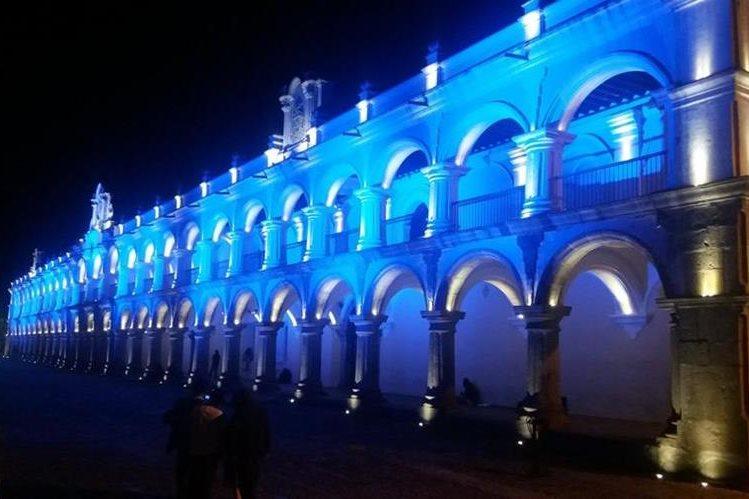 El Palacio de los Capitanes, en la Antigua Guatemala, se ilumina en apoyo a la iniciativa Corazón Azul, contra la trata de personas. (Foto Prensa Libre: Renato Melgar)