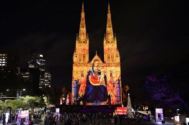 La Catedral de Santa María, en Sídney, Australia, luce navideña.