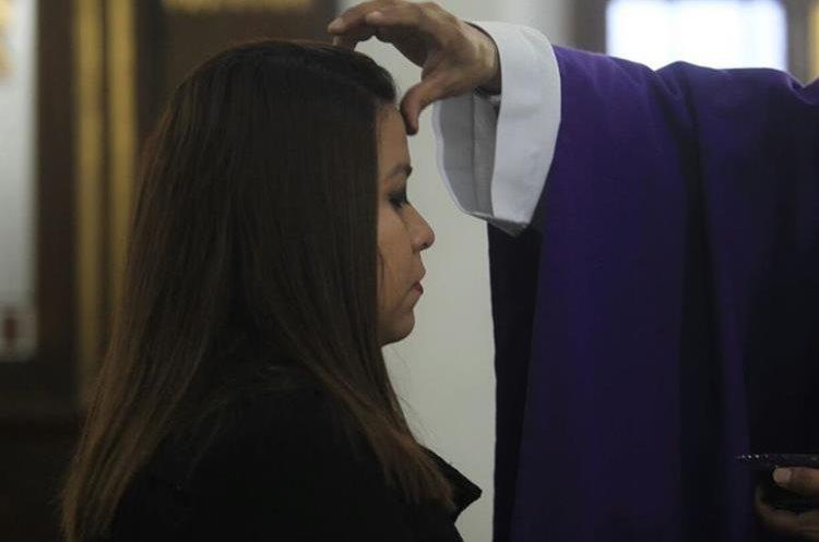 """Mientras se impone la cruz de ceniza se el párroco dice: """"Conviértete y cree en el Evangelio""""."""