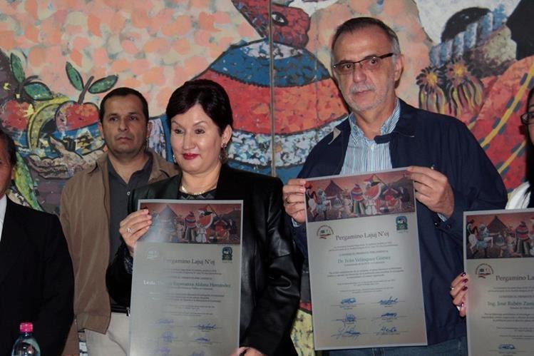 La fiscal general, Thelma Aldana, e Iván Veláquez, comisionado de la Cicig, muestran el reconocimiento recibido por la Sociedad Maya El Adelanto de Quetzaltenango. (Foto Prensa Libre: Carlos Ventura)