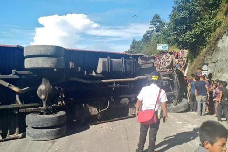Curiosos observan el autobús accidentado en el km 115 de la ruta Interamericana, en Sololá. (Foto Prensa Libre: Bomberos Voluntarios)