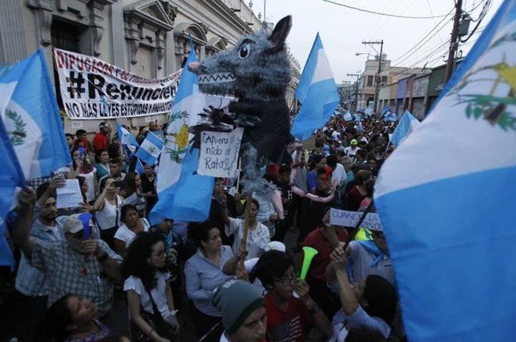 Ciudadanos gritan consignas contra diputados