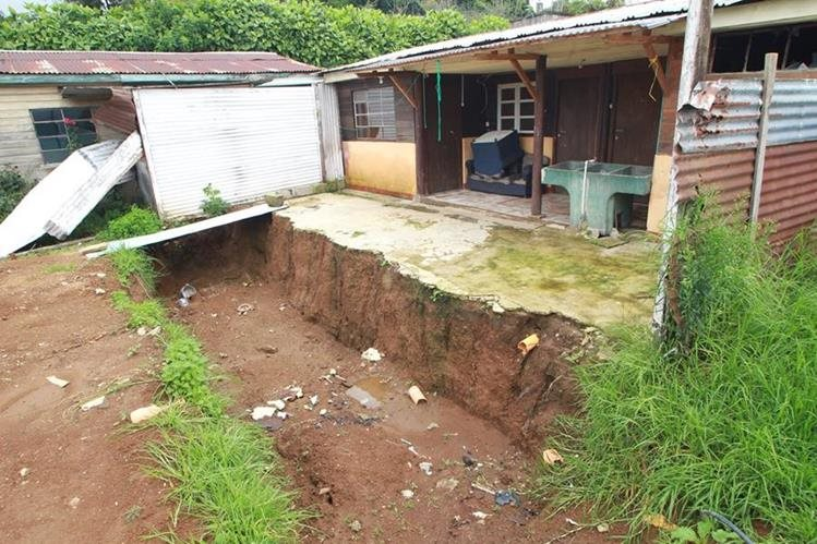 Fosa descubierta en una casa de San Bartolomé Milpas Altas, Sacatepéquez, en mayo último. (Foto Prensa Libre: Hemeroteca PL)
