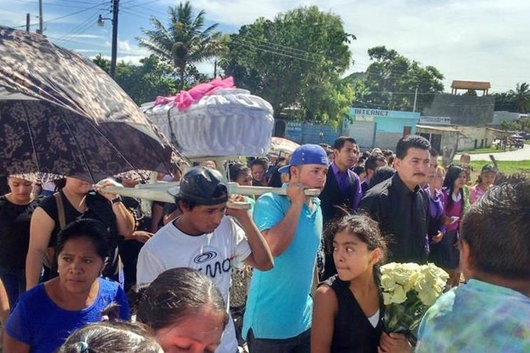 Pobladores de Jutipa acompañan el sepelio de menor de cuatro años. (Foto Prensa Libre: Óscar González)