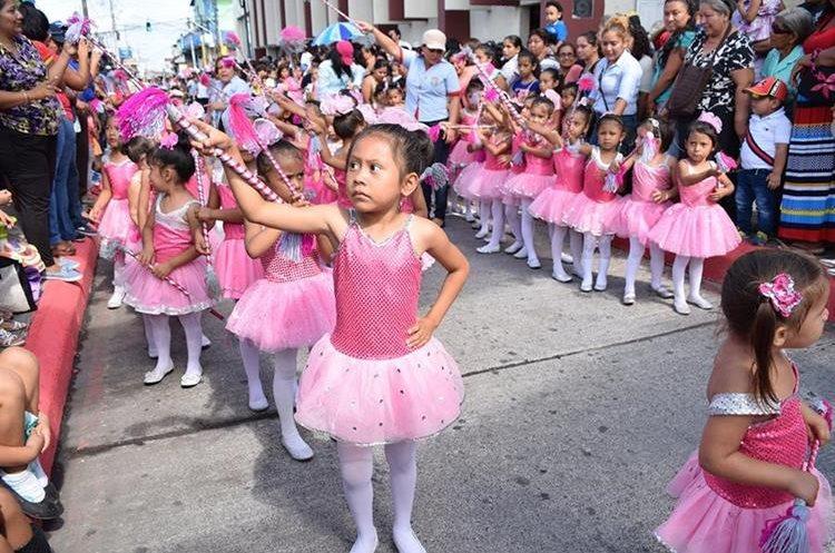 Niñas participan en desfile en Santa Lucía Cotzumalguapa. (Foto Prensa Libre: Enrique Paredes).