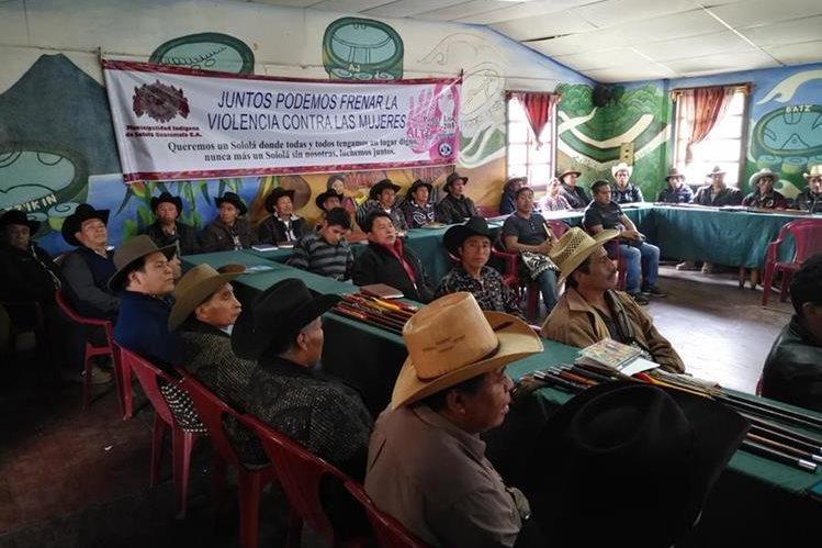 Autoridades indígenas apoyan las acciones para rescatar el Lago de Atitlán, en Sololá. (Foto Prensa Libre: Ángel Julajuj)
