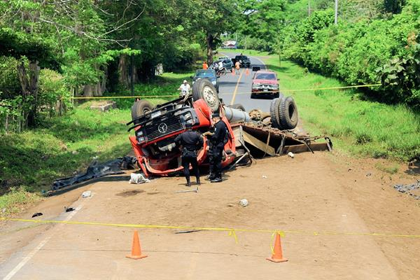 Dos personas murieron en el lugar del accidente de un camión en la ruta al parcelamiento Los Ángeles, Puerto San José, Escuintla. (Foto Prensa Libre: Carlos Paredes)