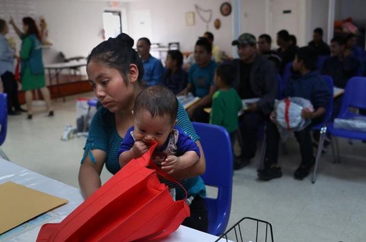 Una madre y un hijo de Honduras reciben asistencia en el albergue para inmigrantes en McAllen, Texas. (AFP)