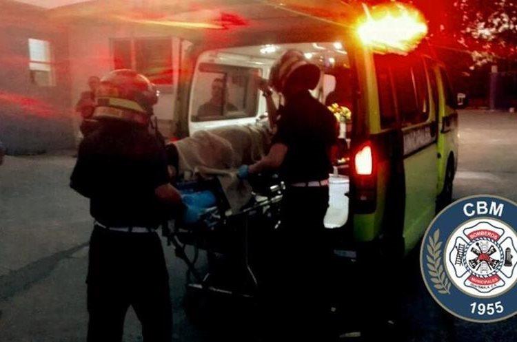 Socorristas trasladan a uno de los heridos. (Foto Prensa Libre: Bomberos Municipales).