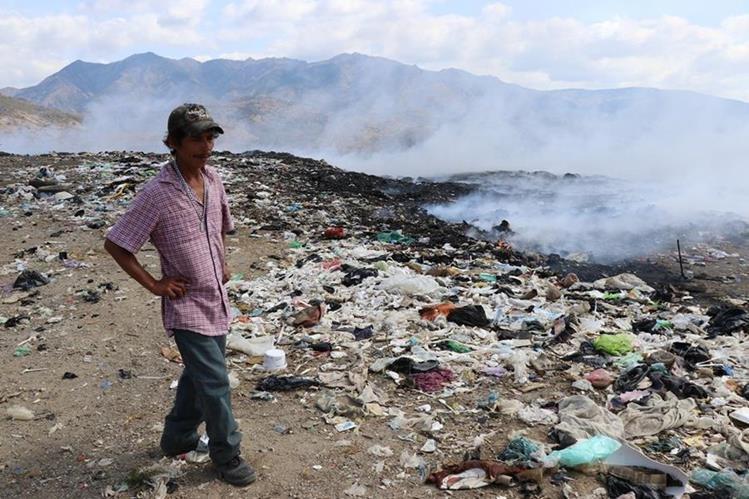 David López, encargado del basurero municipal, asegura que requieren apoyo para apagar el fuego en otras áreas del vertedero. (Foto Prensa Libre: Mario Morales)