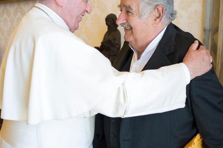 El papa Francisco junto a José Mujica hoy en el Vaticano. (Foto Prensa Libre: AFP).