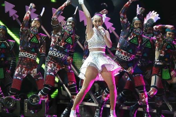 Mucha energía, baile, colores y luces caracterizaron el show de Katy Perry. (Foto Prensa Libre: EFE)
