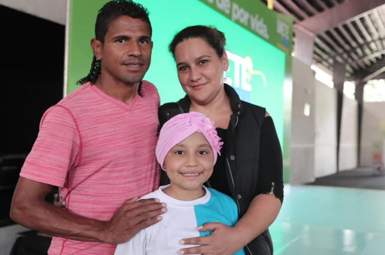 Karen Espinoza, quien también está en tratamiento, junto a sus padres David Espinoza y Jessica Sanabria. (Foto Prensa Libre: Juan Diego González).
