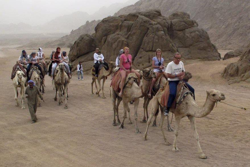 Turistas frecuentan el desierto de Sarm el Sheij donde montan camellos. (Foto Prensa Libre: EFE).