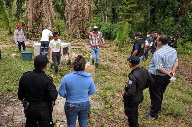 La exhumación se llevó a cabo para determinar las casuas de la muerte de la niña. (Foto Prensa Libre: Rigoberto Escobar)