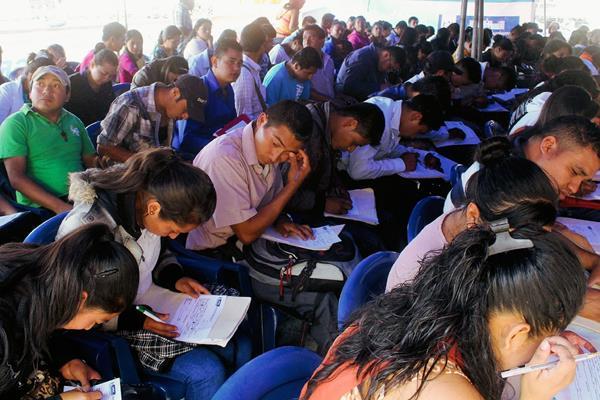 Decenas de  jóvenes llegaron a la feria del empleo, en Jalapa. (Foto Prensa Libre: Hugo Oliva)