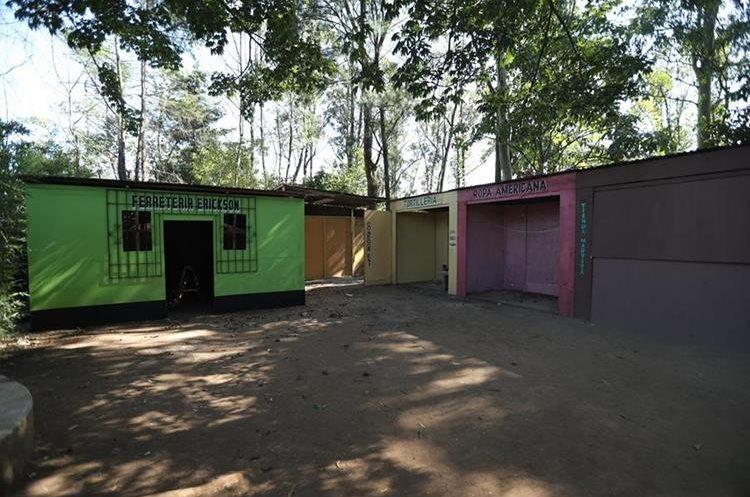 En el área de atrás de la escuela es donde las autoridades realizaron el allanamiento. (Foto Prensa Libre: Esbin García)