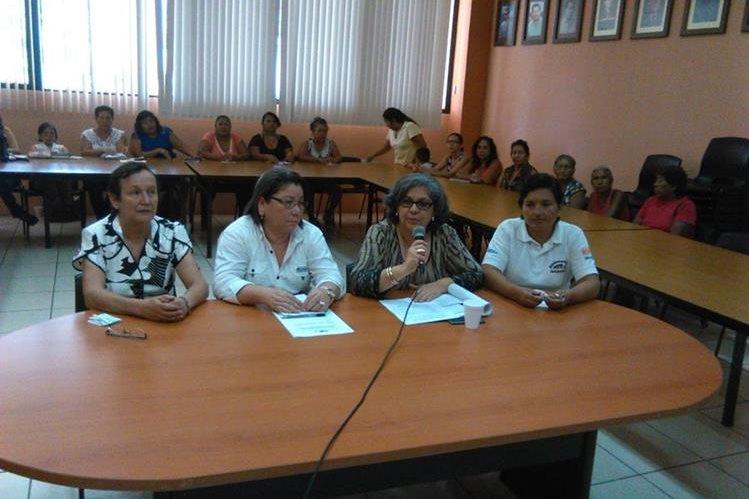 Organizadoras informan de actividades que efectuarán en beneficio de las mujeres de Zacapa. (Foto Prensa Libre: Edwin Paxtor)