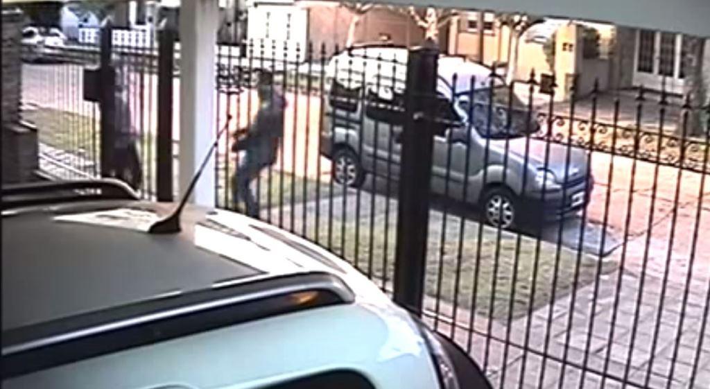 Momento en que el hombre intenta asaltar a una mujer en Buenos Aires, Argentina. (Foto Prensa Libre: Youtube)