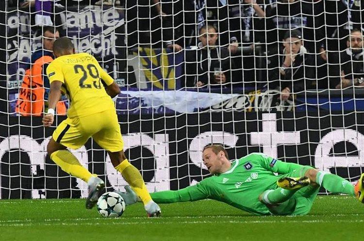 Kilyan Mbappé elude al portero del Anderlecht para el 1-0 a favor del PSG. (Foto Prensa Libre: AFP)