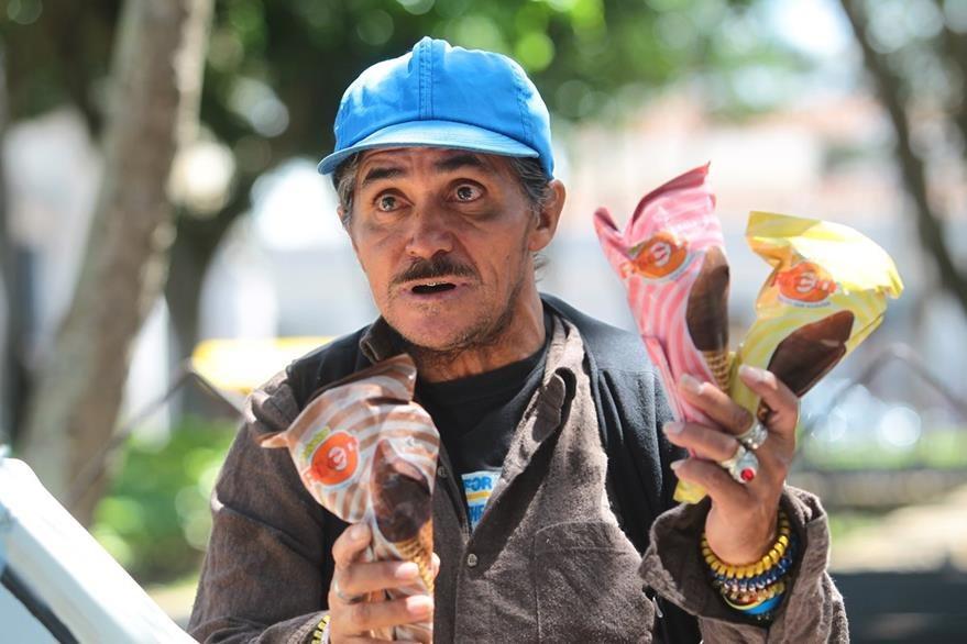 Carlos Barrios es  de Guastatoya, El Progreso. Antes tenía un negocio de licor y cerveza, pero se cansó de lidiar con los borrachines. Por eso, desde hace 20 años, vende helados. Foto Prensa Libre: Álvaro Interiano.