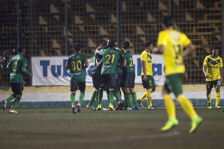 Los jugadores de Guastatoya festejan luego de la anotación de Carlos Gallardo. (Foto Prensa Libre: Norvin Mendoza)