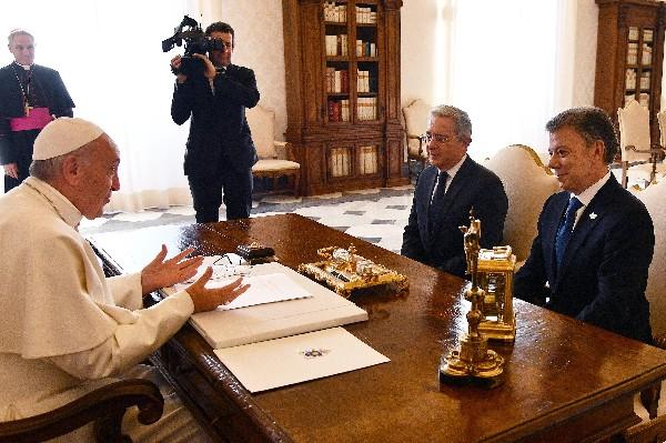 El Papa Francisco (i) habla con Juan Manuel Santos (d) y Álvaro Uribe.(AFP)