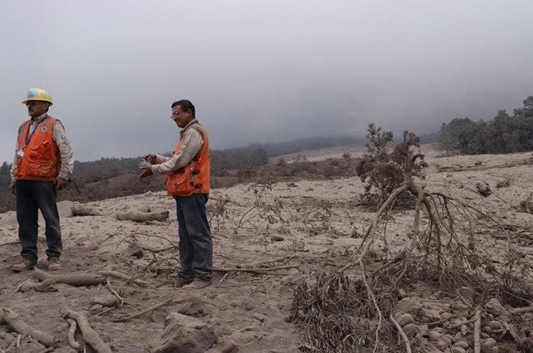 Autoridades de la Conred  verifican la acumulación de material volcánico en Sangre de Cristo. (Foto Prensa Libre: Víctor Chamalé)