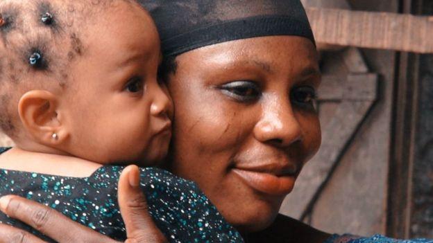 En Sierra Leona mueren desangradas tras el parto 1.260 madres de cada 100.000. En Colombia 64 y en Grecia, Polonia y Finlandia 3 de cada 100.000. LONDON SCHOOL OF HYGIENE & TROPICAL MEDICINE