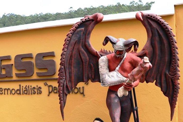 El diablo del barrio de la Concepción en Antigua, Guatemala, fue reparado luego que dos sujetos lo derribaron. (Foto Prensa Libre: Renato Melgar)
